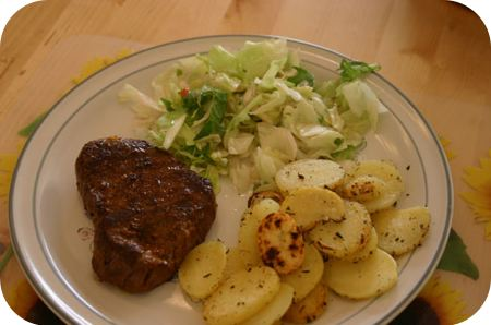 Biefstuk met sla en aardappelschijfjes Provencaal