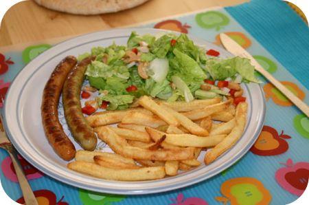 Ovenfrietjes, kalkoenworstjes en Sla met nootjes