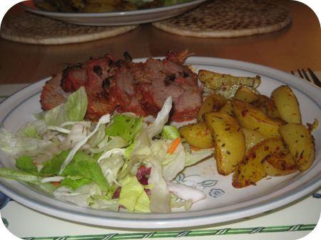 Zwiebeln-braten met Toscaanse aardappeltjes en sla