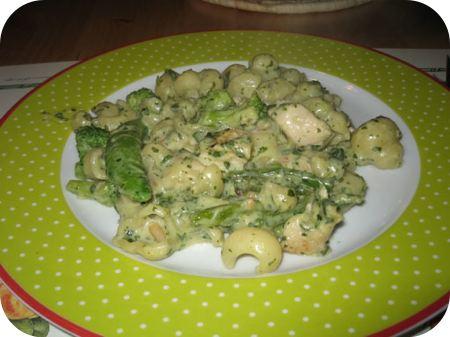 Pasta met kipfilet en groene groenten in pestosaus
