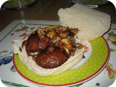 Broodje Gehaktbal met Champignons en ui