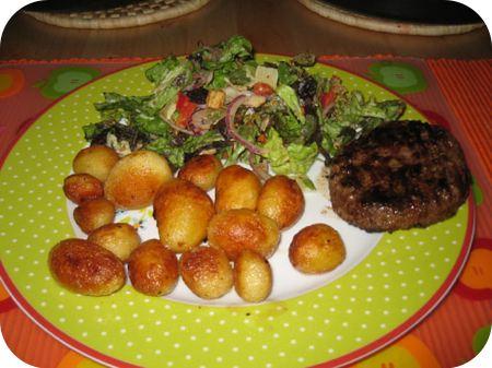 Italiaanse salade met Krieltjes en een Runderhamburger