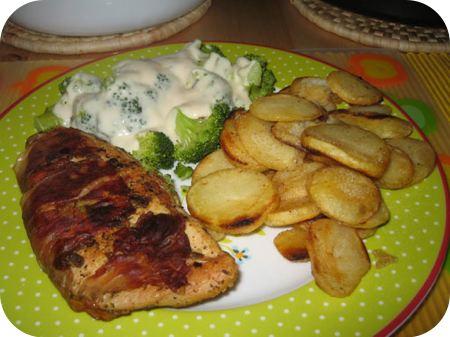 Broccoli met Groentesaus, Kiphouthakkerssteak en Aardappelschijfjes