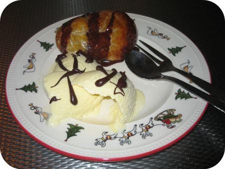 Perenstrudel met ijs en chocoladesaus