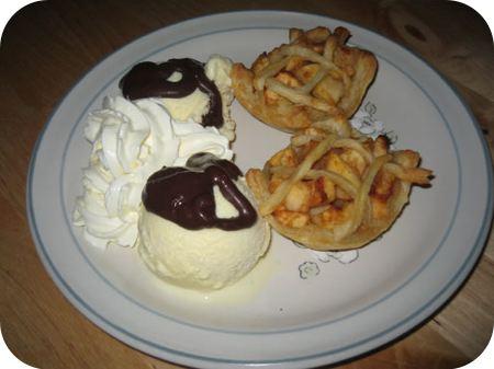 Mini Appeltaartje met ijs, slagroom en chocoladesaus