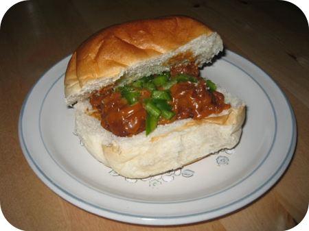Broodje gehaktballetjes met milde satesaus en paprika