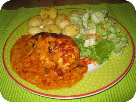 Paprika Sahne Hanchen (Kipfilet met paprikaroomsaus)