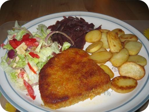 Coteletto met Gekarameliseerde Ui, Gebakken Aardappeltjes en Boerensalade