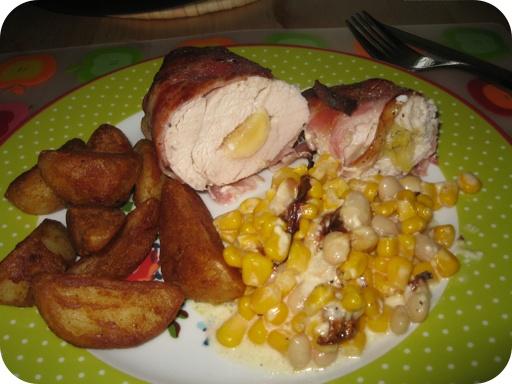 Kip met banaan en spek, met mais, witte bonen en aardappeltjes