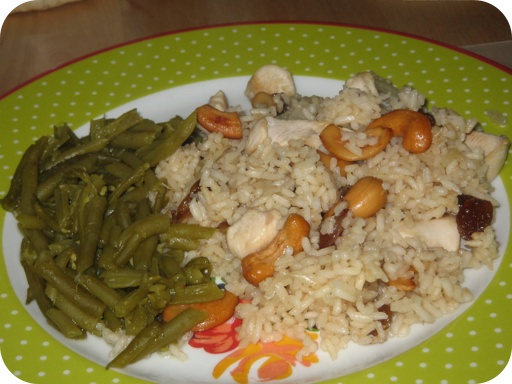 Pilaf met Kip, cashewnoten en rozijnen geserveerd met Sperziebonen