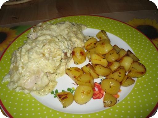Zwiebel Sahne Hanchen (Ui Slagroom Kip) met gekruide aardappeltjes