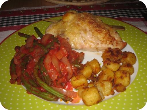 Kipfilet met gedroogde tomaatjes, sperziebonen met tomaat en ui
