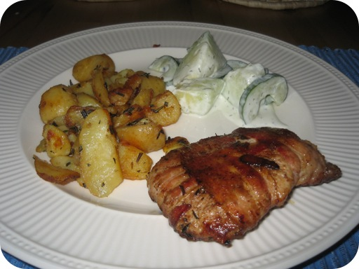 Steak met Gekruide aardappeltjes en frisse Komkommersalade