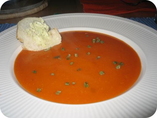 tomatencremesoep met bieslook, stokbrood en kruidenboter