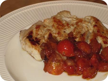 Kipfilet met Tomaten en Rode Ui-saus