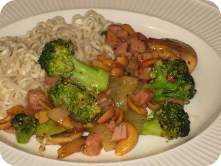 Noedels met Broccoli, Cashewnoten en Zoete Chilisaus