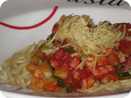Spaghetti met Courgette, Tomaat en Ontbijtspek