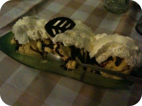 Restaurant Mona's - Scherpenzeel banaan royaal Bananenroomijs met verse banaan, chocosaus en slagroom