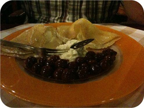 Restaurant Mona's - Scherpenzeel crepes met warme kersen Vanilleroomijs met warme kersen , huisgemaakte flensjes en slagroom