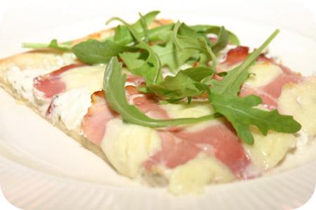 Pizza met Rauwe Ham, Mozzarella en Rucola