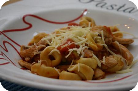 Tortellini met Champignons, Courgette en Pittige Tomatensaus