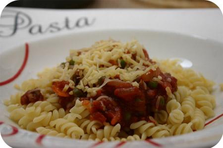 Fusilli met Gehakt, Doperwten en Tomatensaus