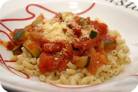 Macaroni met Courgette en Chorizo in Tomatensaus