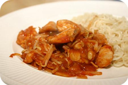 Noodles met Kip in Pittige Tomatensaus