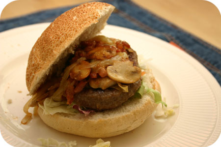 Broodje Hamburger met Champignons en Ontbijtspek