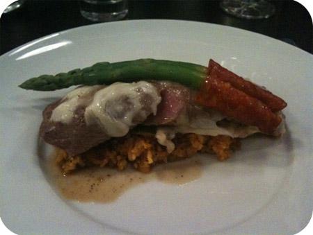 lam met provolone kaas, wortelrijst, ratatouille en groene asperges met chorizo