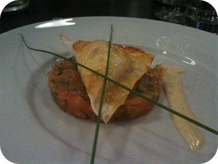 zalmtartaar met een ravioli van geitenkaas en ansjovis met citroenmayonaise
