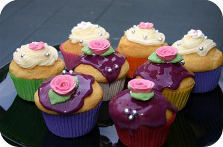 Cupcakes met paars glazuur en topping