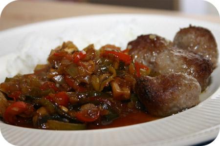 Rijst met Gehaktballetjes en Groenten in Kecap Saus