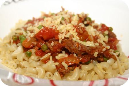Macaroni met Doperwten en Gehakt in Tomatensaus