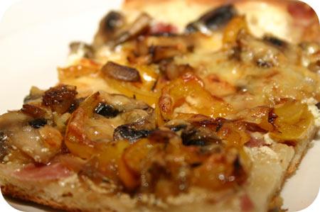 Pizza met Champignons, Paprika en Crème Fraîche