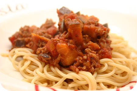 Spaghetti met Aubergine en Gehakt in Tomatensaus