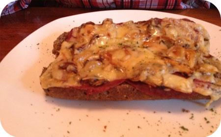 Kuifje's Corner - Arnhem Pistolet salami, kaas, ui, champignons