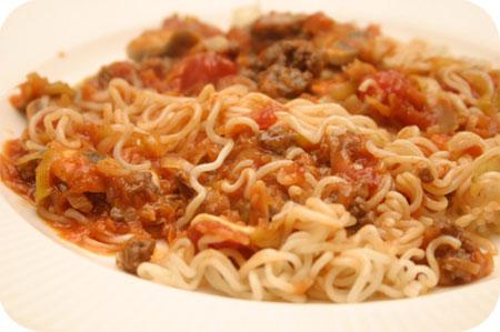 Noodles met Prei, Champignons en Tomatensaus