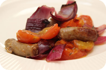 Geroosterde Worstjes met Rode Ui en Cherry Tomaten uit de Oven