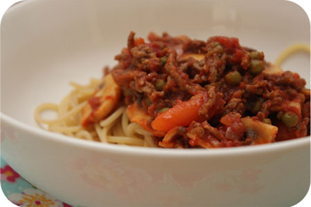 Spaghetti met Champignons, Doperwten en Worteltjes in Tomaten-Gehaktsaus