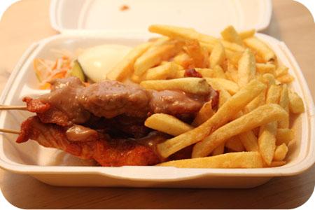 Cafetaria 't Hoekje Veenendaal kipsaté schotel met friet en slaatje