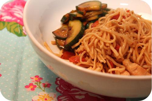 Noodles met Kip en Zoetzure Komkommer