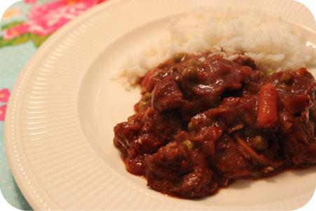 Indisch Stoofvlees met Doperwten, Champignons en Worteltjes