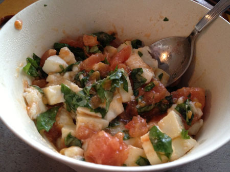 tomaten mengen mozzarella basilicum Hartige Cake met Tomaat, Mozzarella en Basilicum
