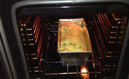 in de oven Hartige Cake met Tomaat, Mozzarella en Basilicum
