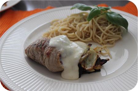 Met Ossenworst Gevulde Schnitzel met Kaassaus en Spaghetti