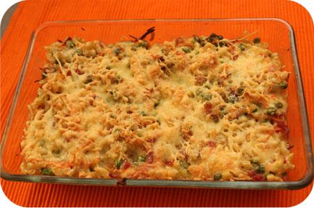 Macaroni Ovenschotel met Doperwten, Ontbijtspek en Kaas