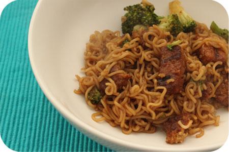 Noodles met Broccoli en Vegetarische Wokblokjes