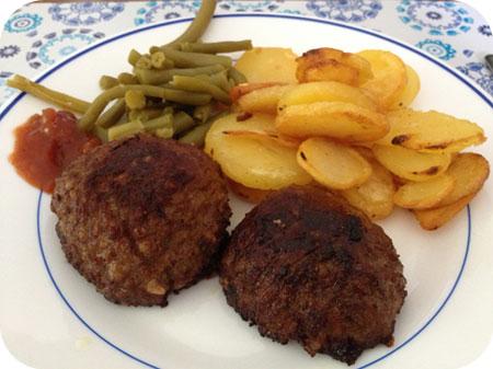 Sperziebonen met gebakken aardappeltjes en een gehaktbal