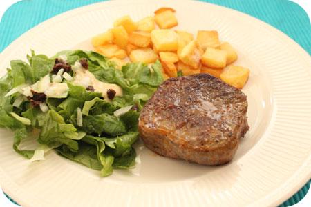 Gemarineerde Rundersteak met Salade en Gebakken Aardappeltjes